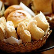 mandje met broodjes